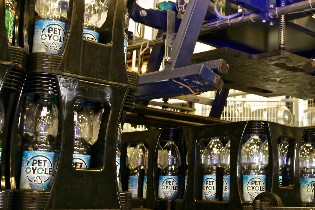 Palettierung Petcycle Mehrweg Kaesten Mineralwasser Flaschen Bearbeitet